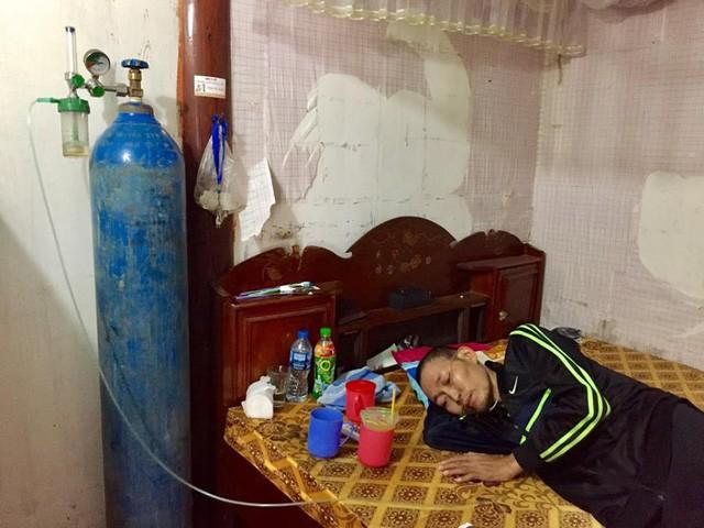 Bị xẹp phổi, chàng trai trẻ chấp nhận chết vì không còn tiền đi bệnh viện - Ảnh 2.