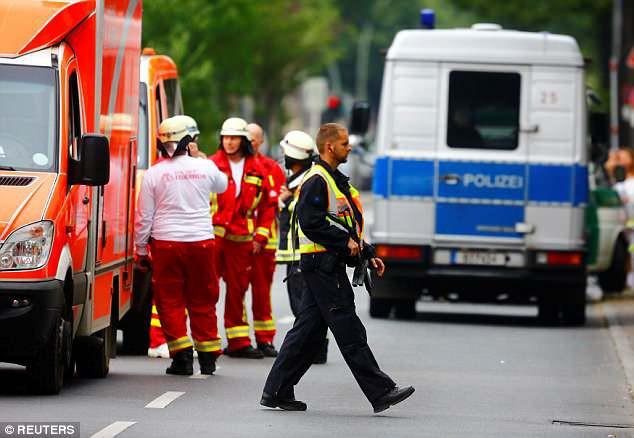 Trường tiểu học ở Berlin sơ tán vì tình nghi có đối tượng mang súng - Ảnh 5.
