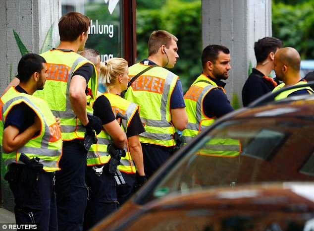 Trường tiểu học ở Berlin sơ tán vì tình nghi có đối tượng mang súng - Ảnh 6.