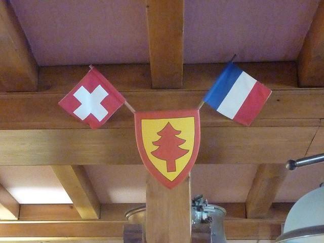 """Khách sạn kỳ lạ nơi du khách """"ngủ ở Thụy Sỹ, nhưng tắm ở Pháp"""" - Ảnh 1."""