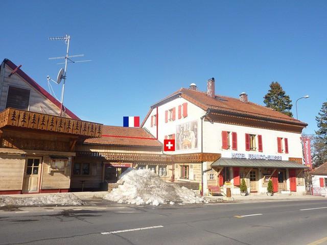 """Khách sạn kỳ lạ nơi du khách """"ngủ ở Thụy Sỹ, nhưng tắm ở Pháp"""" - Ảnh 2."""