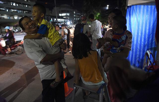Người dân Thái Lan ăn mừng kỳ tích chiến dịch giải cứu đội bóng nhí - Ảnh 12.