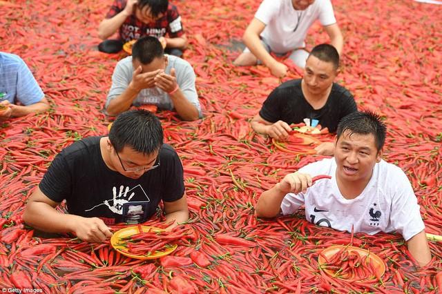 Bất chấp nóng dữ dội 40 độ C, du khách vẫn ngâm mình trong ớt - Ảnh 5.