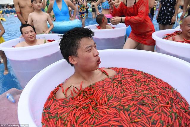 Bất chấp nóng dữ dội 40 độ C, du khách vẫn ngâm mình trong ớt - Ảnh 6.