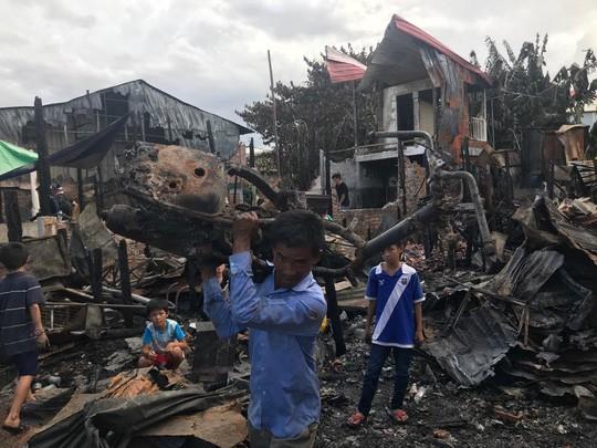 Đại sứ quán Việt Nam hỗ trợ kiều bào Campuchia sau vụ hỏa hoạn - Ảnh 3.