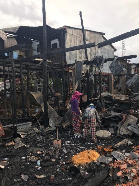 Đại sứ quán Việt Nam hỗ trợ kiều bào Campuchia sau vụ hỏa hoạn - Ảnh 4.