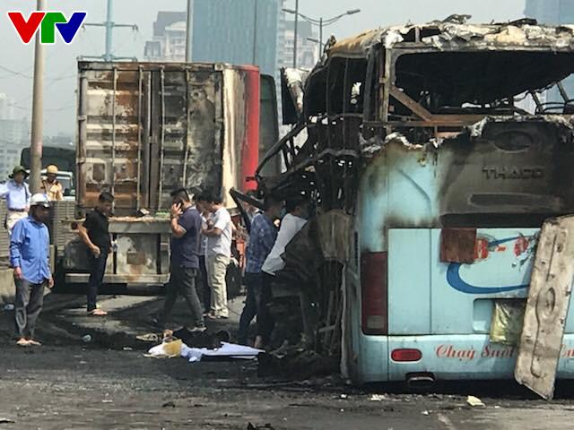 Hiện trường tai nạn khiến 2 xe bốc cháy trên vành đai 3, một thai phụ tử vong - Ảnh 1.