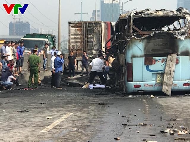 Hiện trường tai nạn khiến 2 xe bốc cháy trên vành đai 3, một thai phụ tử vong - Ảnh 2.