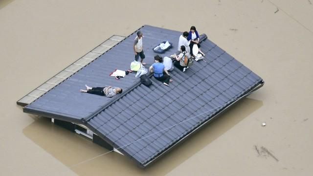 Nhật Bản căng mình đối phó với hậu quả lũ lụt lớn nhất gần 4 thập kỷ - Ảnh 1.