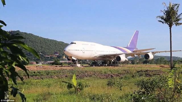 """Cả làng """"nháo nhào"""" sau một đêm tỉnh giấc thấy máy bay Boeing đậu ngay gần nhà - Ảnh 1."""