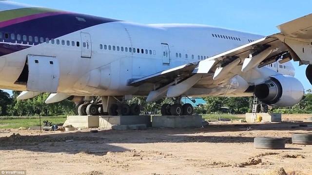"""Cả làng """"nháo nhào"""" sau một đêm tỉnh giấc thấy máy bay Boeing đậu ngay gần nhà - Ảnh 2."""