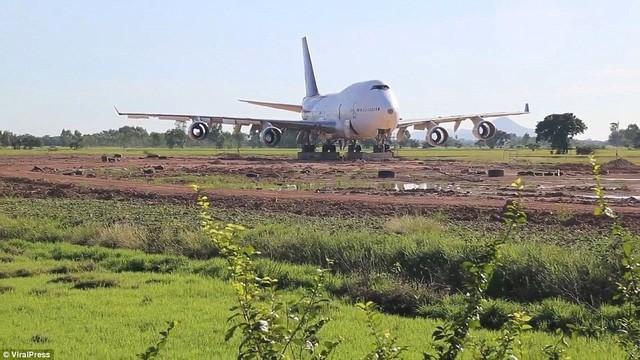"""Cả làng """"nháo nhào"""" sau một đêm tỉnh giấc thấy máy bay Boeing đậu ngay gần nhà - Ảnh 3."""
