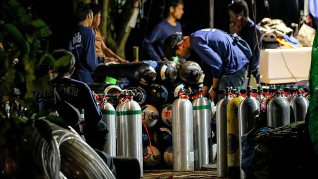 Hành trình giải cứu đội bóng Thái Lan: Chúng tôi đã thoát chết trong gang tấc - Ảnh 2.