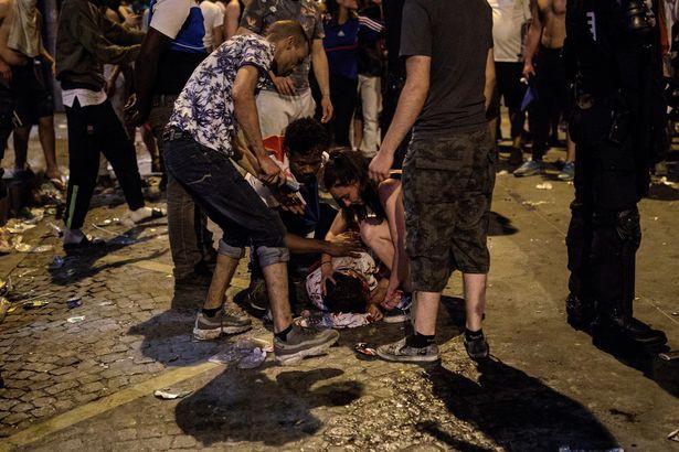 Ăn mừng quá nhiệt, 2 cổ động viên Pháp thiệt mạng - Ảnh 1.
