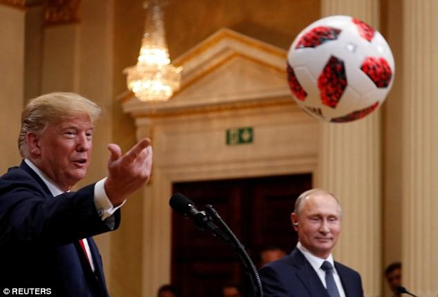 Tổng thống Putin tặng quả bóng World Cup 2018 cho ông Trump - Ảnh 3.