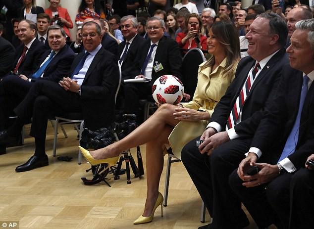 Tổng thống Putin tặng quả bóng World Cup 2018 cho ông Trump - Ảnh 4.