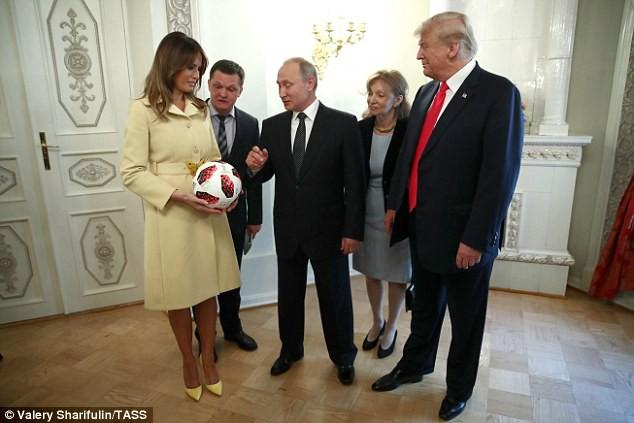 Tổng thống Putin tặng quả bóng World Cup 2018 cho ông Trump - Ảnh 6.