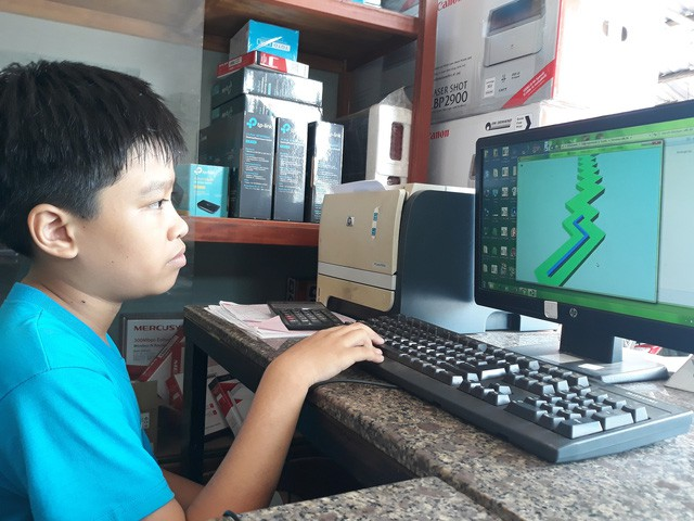 Cậu bé lớp 6 tự học ngôn ngữ lập trình, giành nhiều giải thưởng - Ảnh 1.
