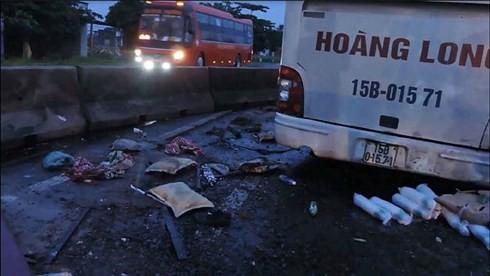 Xe khách lao vào dải phân cách làm 2 người chết - Ảnh 1.