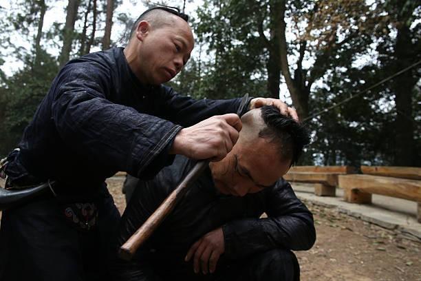 Đến ngôi làng siêu độc cắt tóc bằng… lưỡi liềm - Ảnh 4.