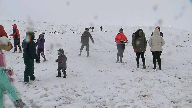 Hy hữu tuyết rơi trên sa mạc khô cằn nhất thế giới - Ảnh 1.