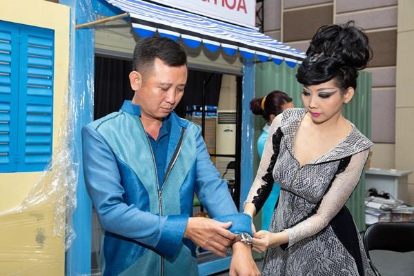 NTK Quỳnh Paris chuẩn bị 100 bộ trang phục cho vở nhạc kịch Nhà thiện xạ - Ảnh 1.