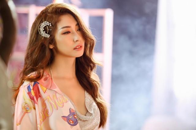 Khổng Tú Quỳnh hóa thân thành cô gái đa nhân cách trong MV mới - Ảnh 2.
