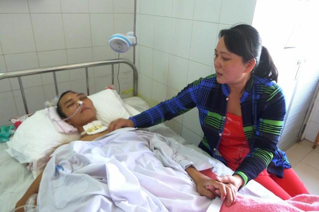 Con trai bị chấn thương sọ não, vợ chồng nghèo khánh kiệt - Ảnh 2.