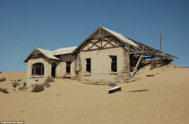 """Thị trấn kim cương nằm giữa sa mạc bị """"nuốt chửng"""" trong cát - Ảnh 2."""