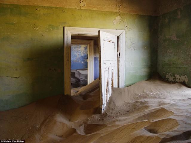 """Thị trấn kim cương nằm giữa sa mạc bị """"nuốt chửng"""" trong cát - Ảnh 3."""