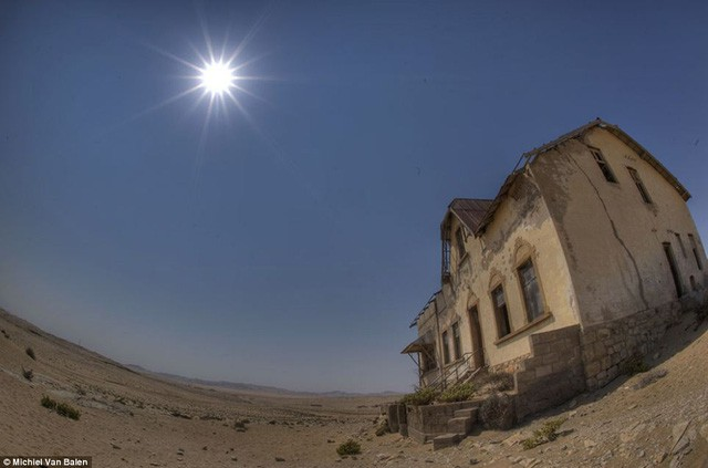 """Thị trấn kim cương nằm giữa sa mạc bị """"nuốt chửng"""" trong cát - Ảnh 5."""