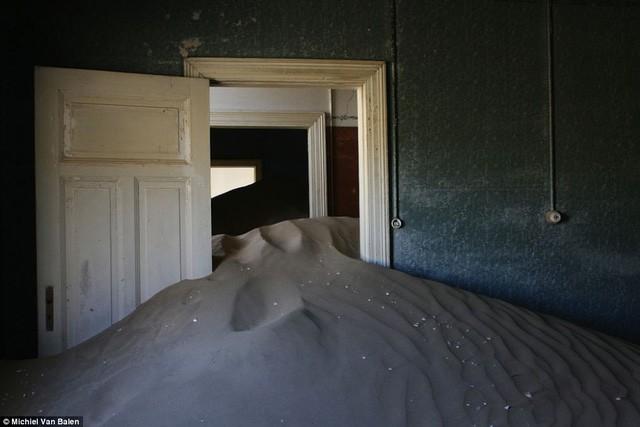 """Thị trấn kim cương nằm giữa sa mạc bị """"nuốt chửng"""" trong cát - Ảnh 6."""