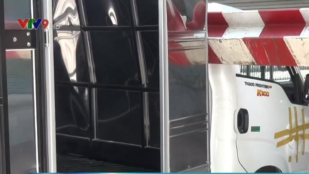 TP.HCM: Xe tải kéo ngã thanh giới hạn chiều cao dưới gầm cầu Bông - Ảnh 4.