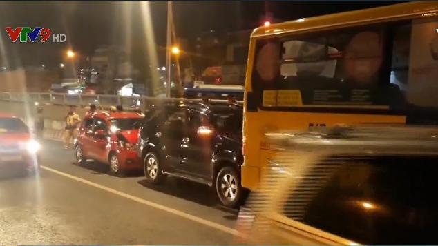 TP.HCM: Chuyển hướng bất ngờ, xe bus gây tai nạn liên hoàn - Ảnh 4.