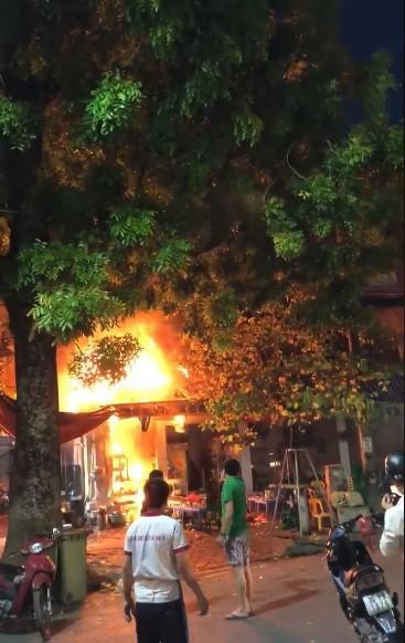 Hà Nội: Cháy lớn sau tiếng nổ ở quán bia, thực khách chạy tán loạn - Ảnh 1.