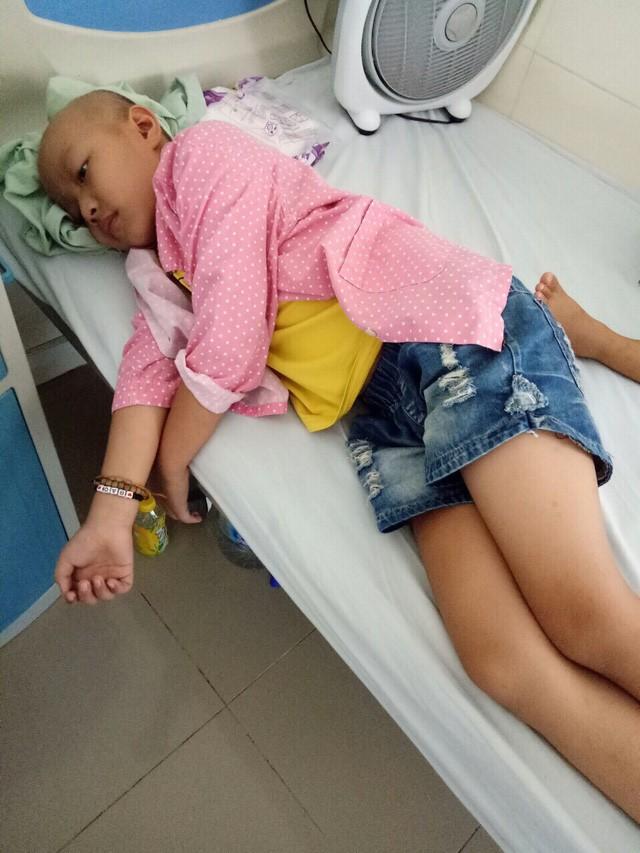 Đau đáu ánh mắt cậu bé 7 tuổi bị ung thư xương - Ảnh 1.