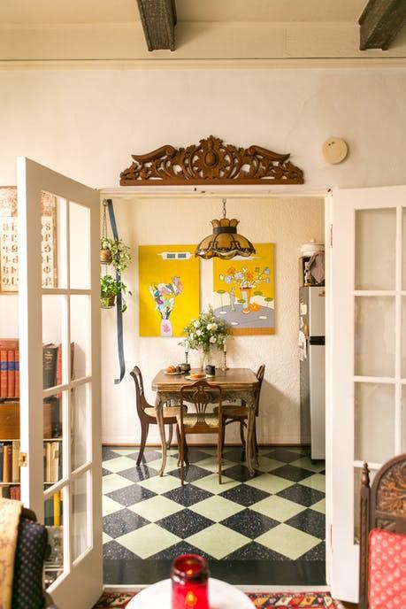 Tạo điểm nhấn cho căn nhà 50 m2 bằng nét cổ điển nhẹ nhàng - Ảnh 8.