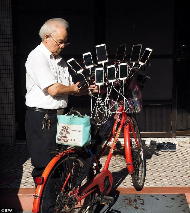 70 tuổi, dùng 11 smartphone hàng ngày đi xe đạp bắt Pokemon - Ảnh 2.