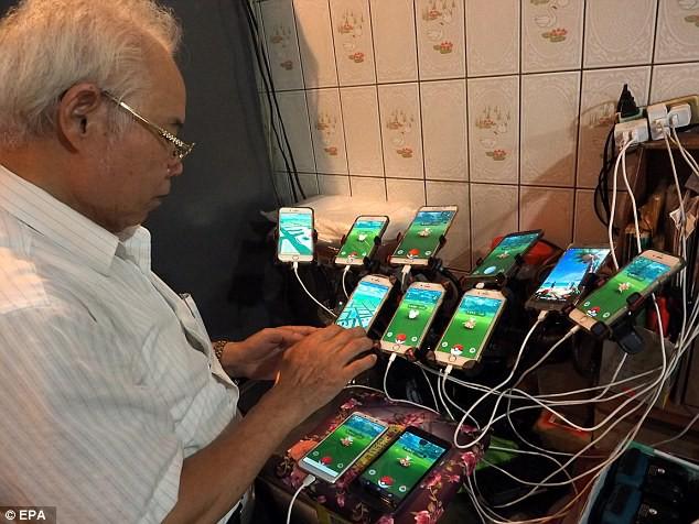70 tuổi, dùng 11 smartphone hàng ngày đi xe đạp bắt Pokemon - Ảnh 3.