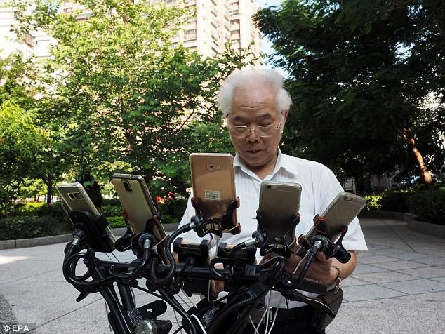 70 tuổi, dùng 11 smartphone hàng ngày đi xe đạp bắt Pokemon - Ảnh 4.