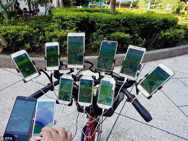 70 tuổi, dùng 11 smartphone hàng ngày đi xe đạp bắt Pokemon - Ảnh 1.