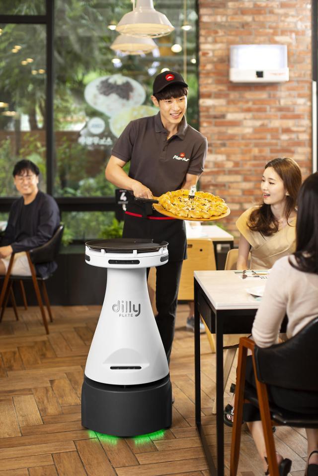 Robot phục vụ tại nhà hàng Pizza Hut - Ảnh 1.