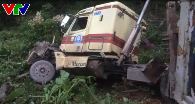 Quảng Bình: Xe container lao xuống vực sâu, 2 người bị thương - Ảnh 1.