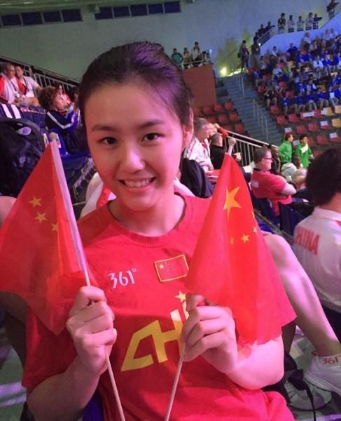 Nữ VĐV xinh đẹp Trung Quốc phá kỷ lục thế giới 50 m bơi ngửa - Ảnh 1.