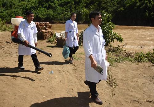 Khám cấp thuốc miễn phí cho 800 người dân vùng lũ lụt ở Nghệ An - Ảnh 3.