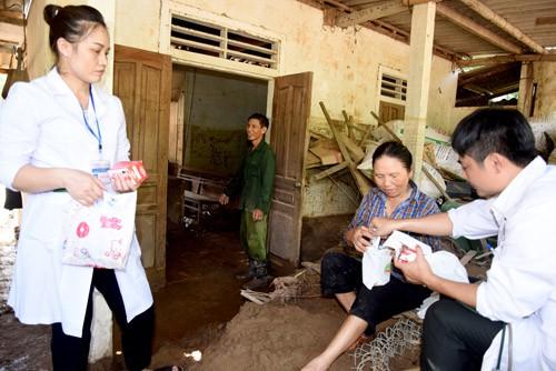 Khám cấp thuốc miễn phí cho 800 người dân vùng lũ lụt ở Nghệ An - Ảnh 1.