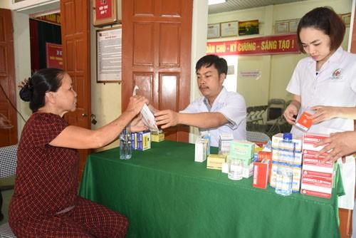 Khám cấp thuốc miễn phí cho 800 người dân vùng lũ lụt ở Nghệ An - Ảnh 2.
