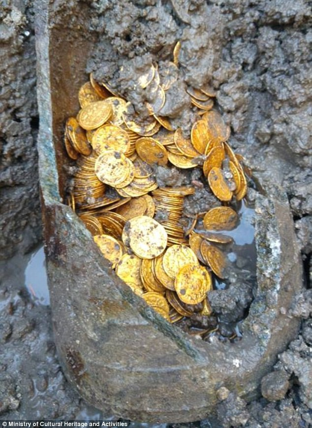 Phát hiện hũ chứa hàng trăm đồng xu vàng còn nguyên vẹn trị giá hàng triệu USD - Ảnh 2.