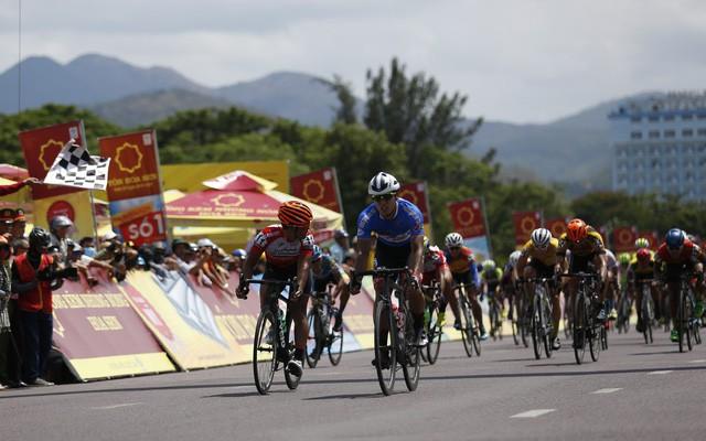 Tổng hợp chặng 9 giải xe đạp quốc tế VTV Cup Tôn Hoa Sen 2018: Thắng chặng đua dài kỷ lục, Im Jaeyeon tiệm cận áo xanh - Ảnh 1.