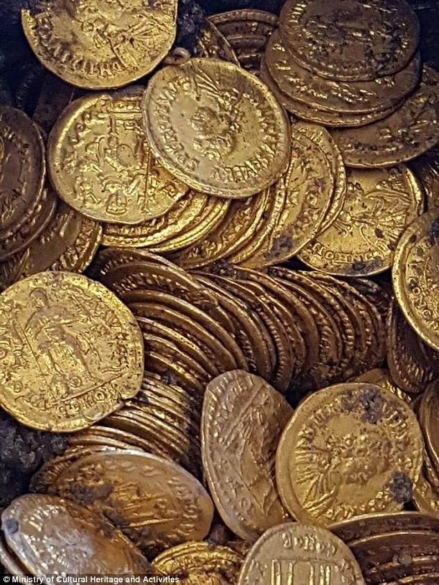 Phát hiện hũ chứa hàng trăm đồng xu vàng còn nguyên vẹn trị giá hàng triệu USD - Ảnh 3.